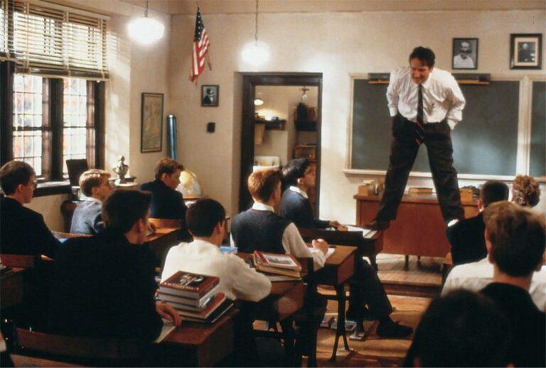 Uma das principais cenas do filme Sociedade dos Poetas Mortos. Professor sobe na mesa durante a aula.